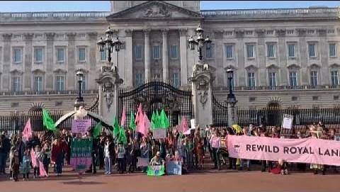 Μ. Βρετανία: Ζητούν από τη βασιλική οικογένεια να παραδώσει τα κτήματά της