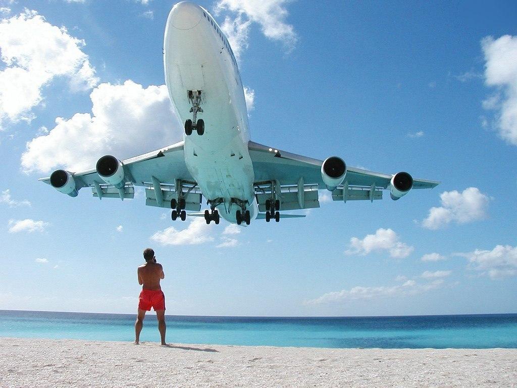 Сногсшибательная авиация самолет при взлете сбил туриста сног