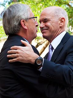 Eurogroup-Präsident Jean-Claude Juncker  umarmt den griechischen Premierminister George Papandreou