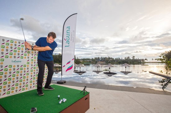 """ฟัลโดตีลูกเปิดการแข่งขัน """"Big Bang - Hit The Green"""" โดยหวดลูกกอล์ฟข้าม 2 สระ ลงไปยังหลุมลอยน้ำห่างออกไป 100 หลาในทะเลสาบ หน้าโรงแรมน้องใหม่ แคสเซีย ภูเก็ต"""