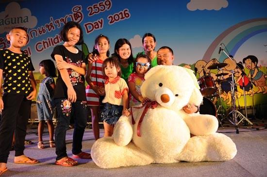 เด็กและผู้ปกครองหลายพันคนแห่เที่ยวงานวันเด็กแห่งชาติประจำปี 2559 ณ ลากูน่า ภูเก็ต
