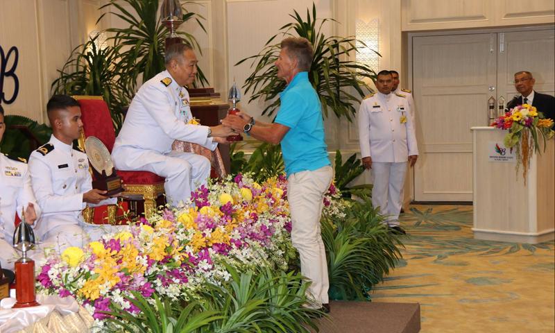 องคมนตรีเป็นผู้แทนพระองค์มอบรางวัลเรือใบชิงถ้วยพระราชทานภูเก็ตคิงส์คัพรีกัตต้า ครั้งที่ 32