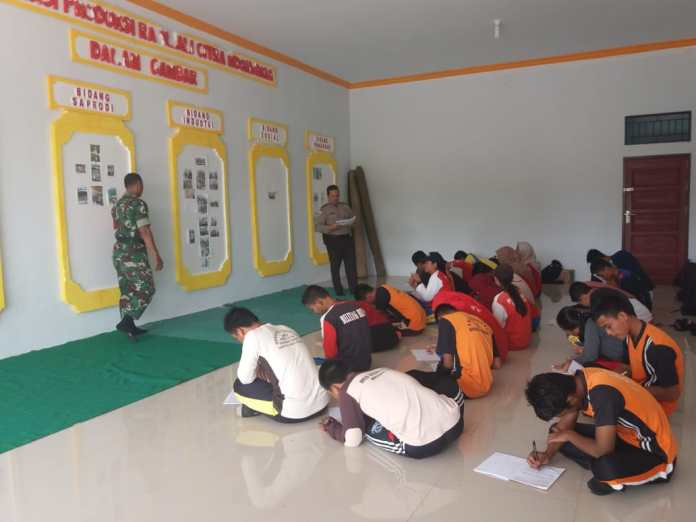 Personil Polsek Binjai Hulu dan TNI Berikan Materi ke Calon Paskibra