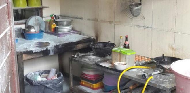 kitchen booths 3 bowl sink 及时扑灭饮食坊厨房失火 马来西亚诗华日报新闻网 失火摊位厨房蒙受20巴仙的烧毁程度