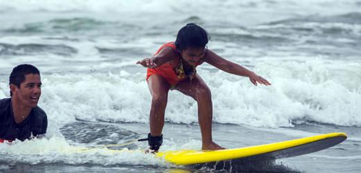 SOS-Kind in Costa Rica lernt Wellenreiten