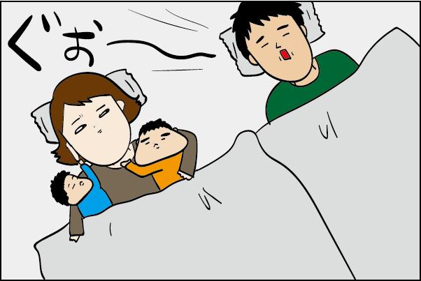 寝ているとき子供はママにベッタリ