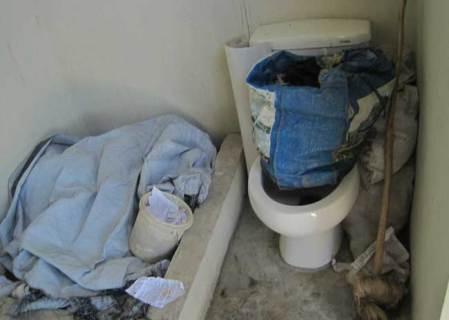 La toilette de la maison d'Yves Zéphyr non utilisée pour son manque de profondeur, le 19 septembre 2013 - Photo : AKJ/Marc Schindler Saint-Val
