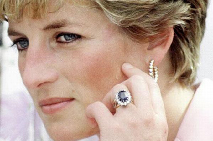 Princess Diana wearing her blue sapphire engagement ring