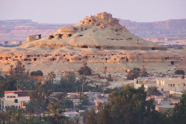 جبل الموتى والمقابر وسط الصخور، واحة سيوة، مصر