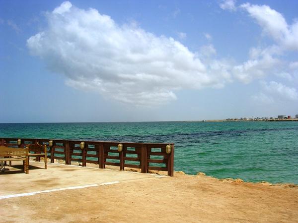 سواحل سياحيّة نظيفة ومياة بحريّة صافية