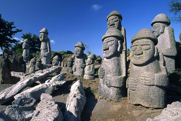 "تماثيل ""دولهاروبانج"" في جزيرة جيجو"