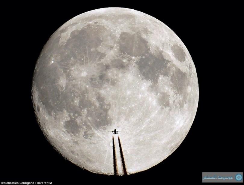 طائرات تحلق حول الشمس وأخرى على وشك الهبوط على سطح القمر