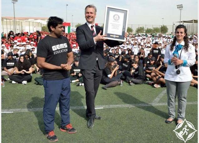 أكبر لوحة بشرية متحركة لعلم الإمارات تدخل موسوعة غينيس