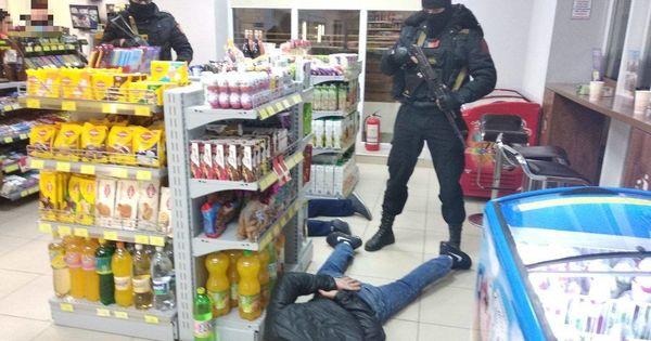 Arme, droguri, bani și 6 reținuți: Rezultatul perchezițiilor din Ungheni ale procurorilor și Ofițerii INI