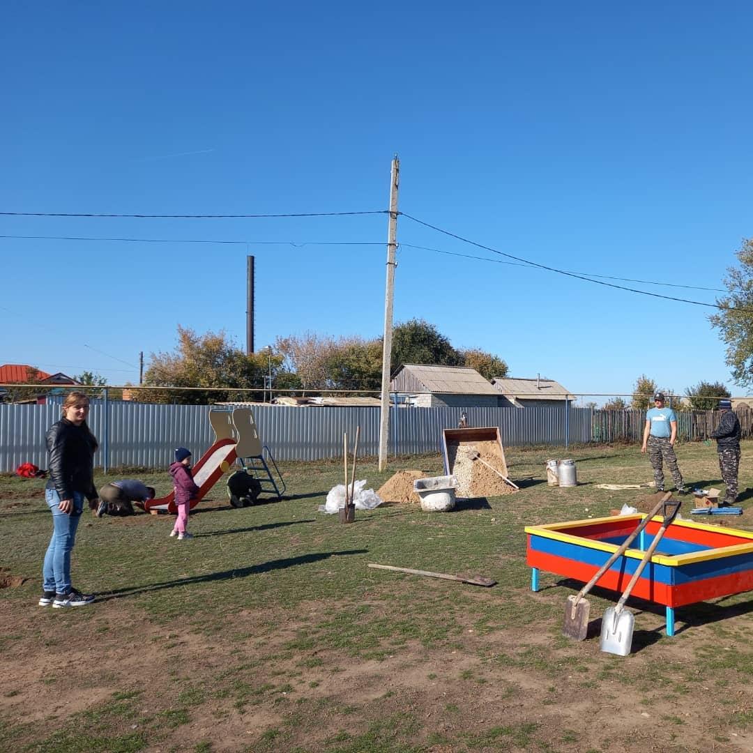 Новая детская площадка совместными усилиями