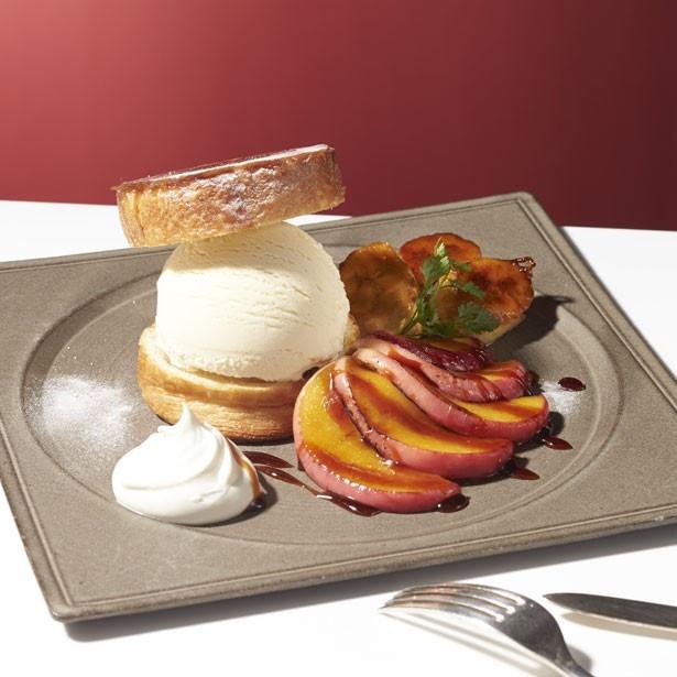"""「クイニーアマン with """"バニラ""""」(税抜1000円、セット税抜1200円)。クイニーアマンでバニラアイスクリームを挟んだ一品。リンゴのソテーが味を引き立てる"""