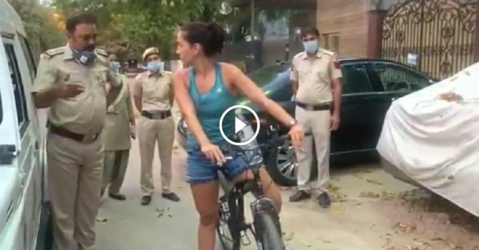 Uruguay woman argues with delhi cops refuse to follow lockdown