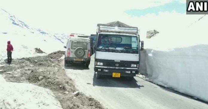 Rohtang Pass: 296 farmer return to lahul in trucks