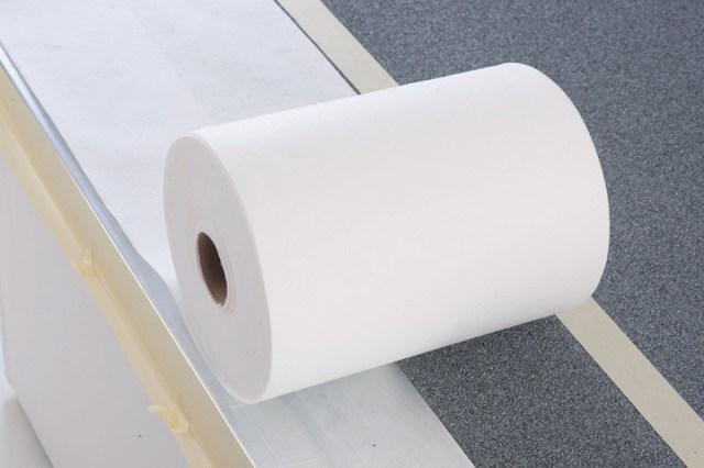 Traufblech abdichten: Auf ausreichende Vliesbreite achten (hier: 20 cm).