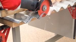 Hartmetall-Trennscheibe schneidet Blech