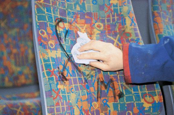 Pölster und Textilien von Graffiti entfernen