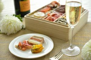 和と洋が融合した「和洋三段重」など、ホテルならではの調理法を多彩に盛り込んだおせち2種類のご予約を10月1日より受付開始