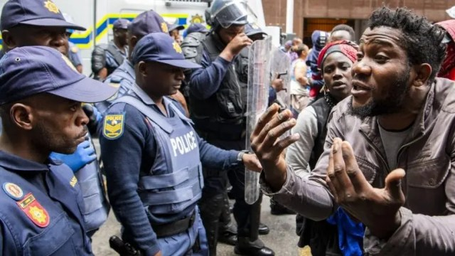 Police, refugees clash in Cape Town