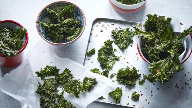 garlic-spiced kale crisps