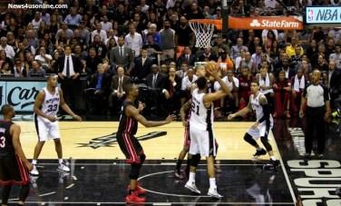 Tim Duncan in the middle. Photo Credit: Antonio Uzeta/News4usonline.com