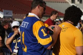 Jim Everett signs a fan's shirt. Photo by Astrud Reed/News4usonline