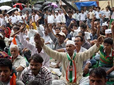Media persons manhandled at Hazare protest venue