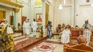 Photo of Edo 2020 : Gov. Obaseki disgraced, booed as chants of 'thief' greet him at the Palace of the Oba of Benin (Videos)