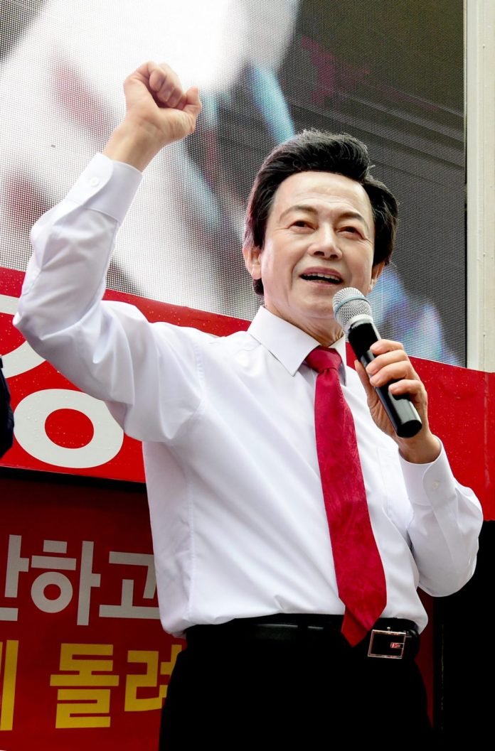 Huh-Kyung-young-announces-candidacy-for-president
