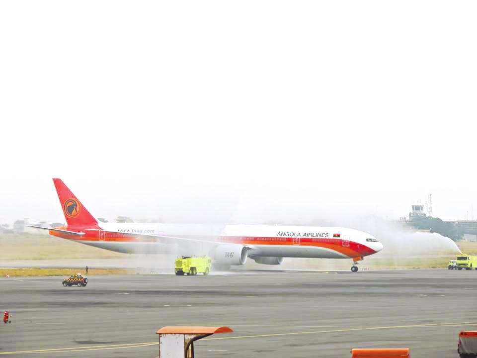 Aeroporto Luanda Chegadas : Newsavia chegada do novo boeing er da taag a