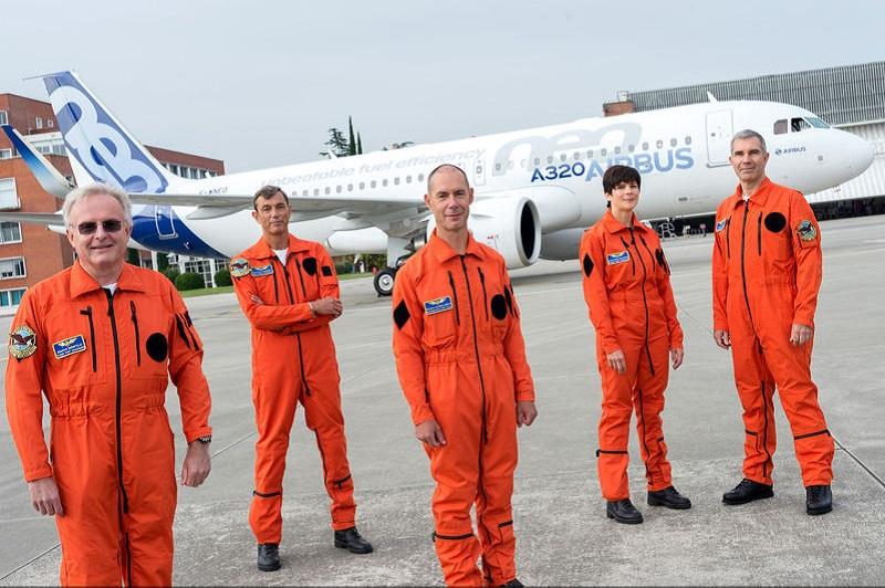 A tripulação do primeiro voo de teste A320neo fotografada em Toulouse junto da novo aparelho da Airbus
