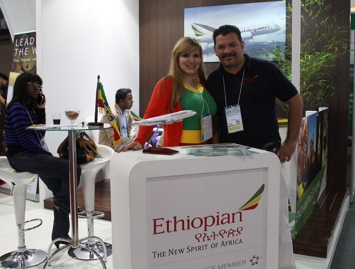 A Ethiopian não tem departamento de vendas próprio no Brasil. Esse trabalho é feito em parceria com a Aviareps. Na imagem vê-se Lucimario Silva, sales &reservation agent daquela empresa, ladeado por  Shalyta Cristina, do escritório da companhia etíope em São Paulo.