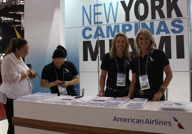 Stand da American Airlines na Expo Internacional de Turismo/42ª ABAV, em São Paulo. Em primeiro plano as executivas de vendas Cátia Frias e Simone Kruger.