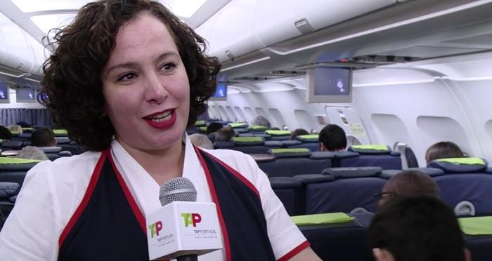 A chefe de cabina do voo Paris-Lisboa manifestou-se honrada por ter feito este voo. Descende de uma família de alentejanos de Serpa, disse no vídeo que se pode ver, seguindo o link, no final desta matéria.