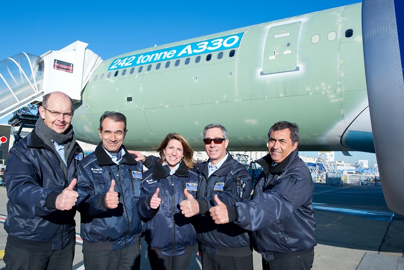 A equipa de cinco pilotos e engenheiros que voou pela primeira vez o novo A330 MTOW. Da esquerda para a direita: Cmte. Thierry Bourges e o co-piloto Jean-Louis Rabilloud; seguem-se os engenheiros aeronáuticos que integram a equipa de testes: Joan Andre, Alain Pourchet e  Gert Wunderlich. (Foto Airbus/P. Masclet/Master Films).