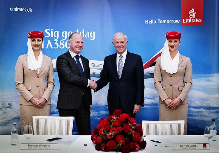 Sir Tim Clark, presidente executivo da Emirates, cumprimenta o presidente executivo do Aeroporto de Copenhaga, logo após o anúncio d anova linha com um avião configurado para 615 passageiros.