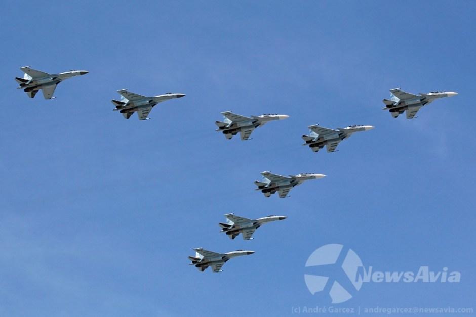 Os novos caças da Força Aérea Russa: quatro Sukhoi Su-30SM à frente e quatro Sukhoi Su-35S nas alas.