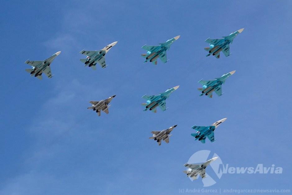 Caças da Base Aérea de Lipetsk: quatro Su-34 à frente, quatro Su-27 nas alas e dois MiG-29 atrás.