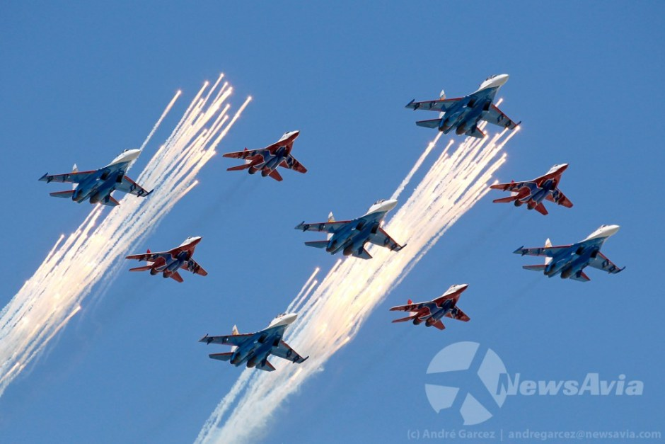 Largada de flares das patrulhas acrobáticas Russian Knights (Su-27) e Strizhi (MiG-29)