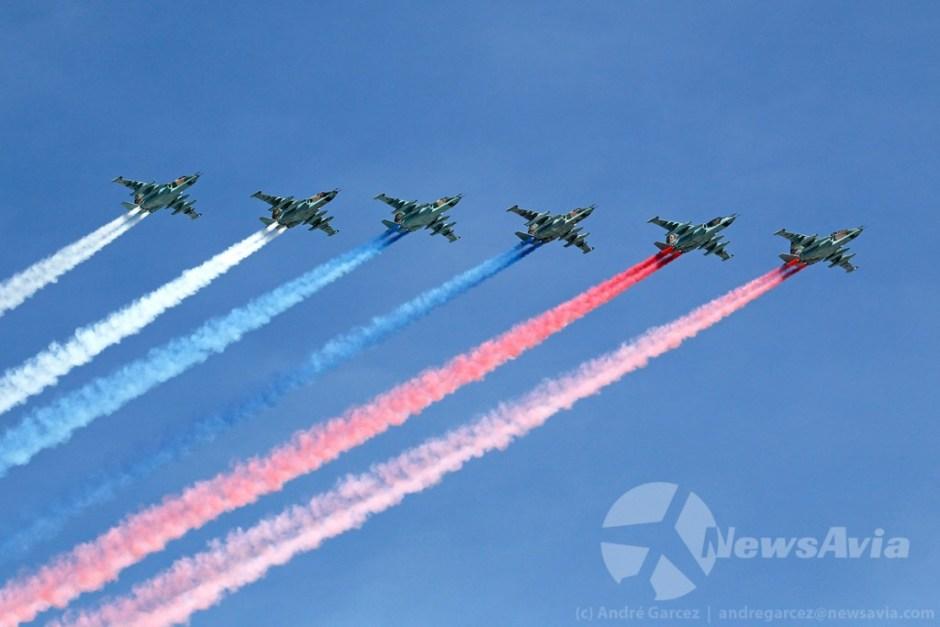 Seis Sukhoi Su-25 pintaram a bandeira russa sobre os céus de Moscovo.