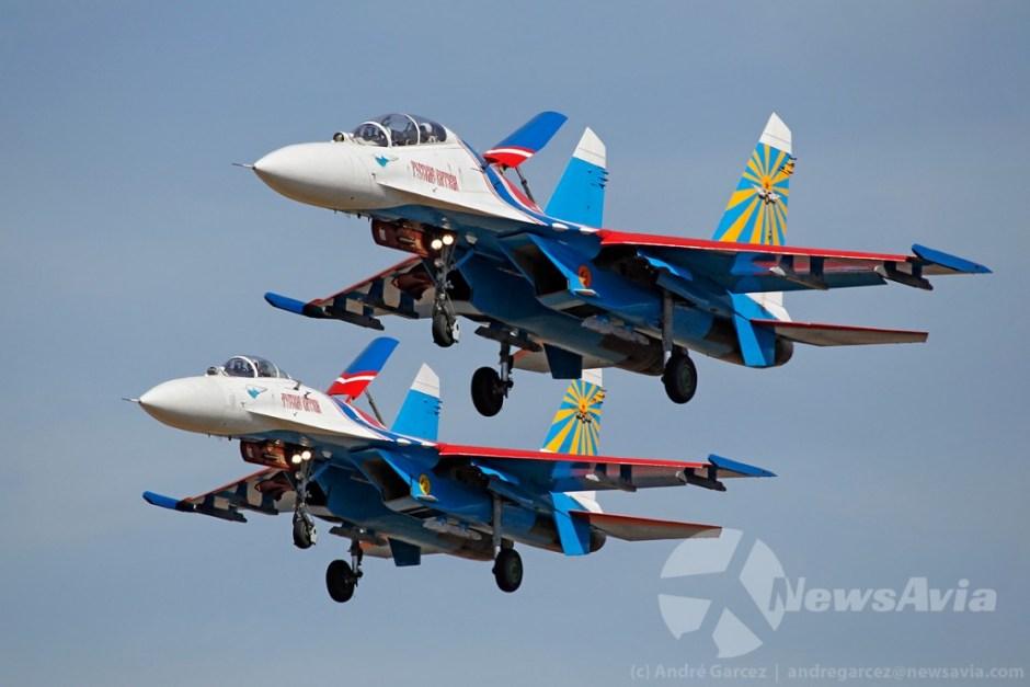 Aterragem em formação de dois Su-27 da patrulha acrobática Russian Knights.
