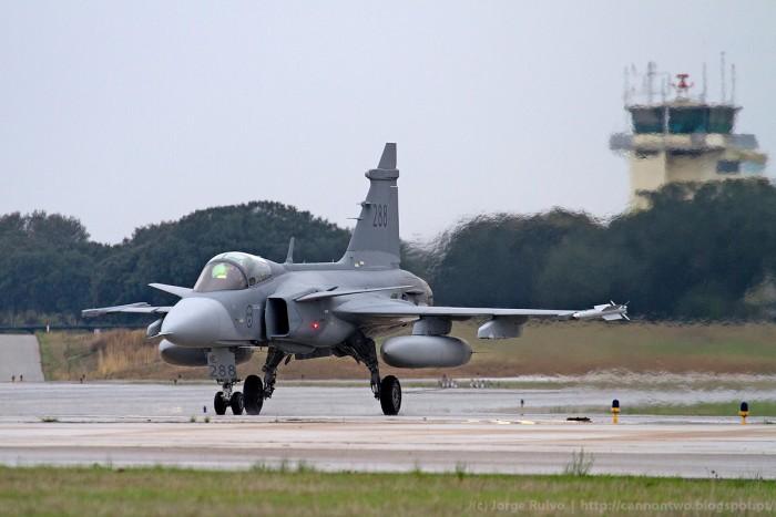 O caça JAS 39 Gripen, recentemente adquirido pelo Governo Brasileiro, participa pela primeira vez num exercício em Portugal