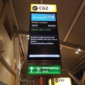 Porta C62 embarque voo BA033 para KUL