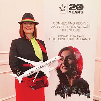 Elsa Fragata a segurar um prémio dos 20 anos da Star Alliance