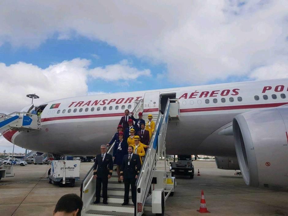 Flight Report José Luís - Crew Members nas escadas de acesso ao Avião