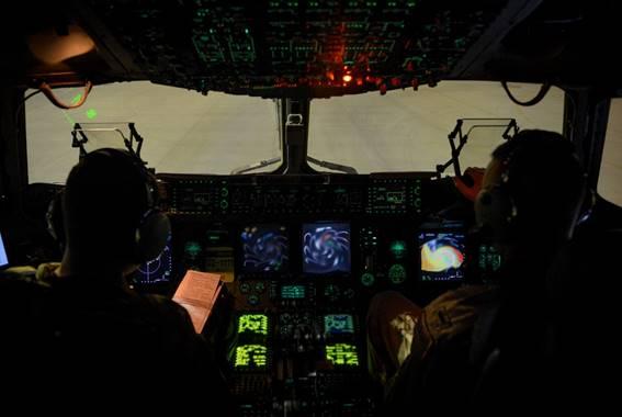 MailAvia - Comandante e copiloto no interior da aeronave